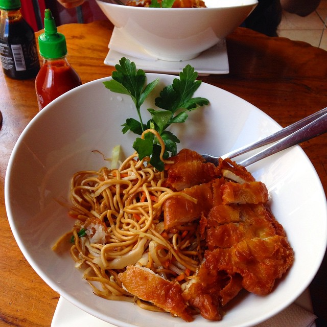 We miss asian food. #friednoodles #friedchicken #sirachasauce #serebiifoodjournal  #serebiiingermany Berlin