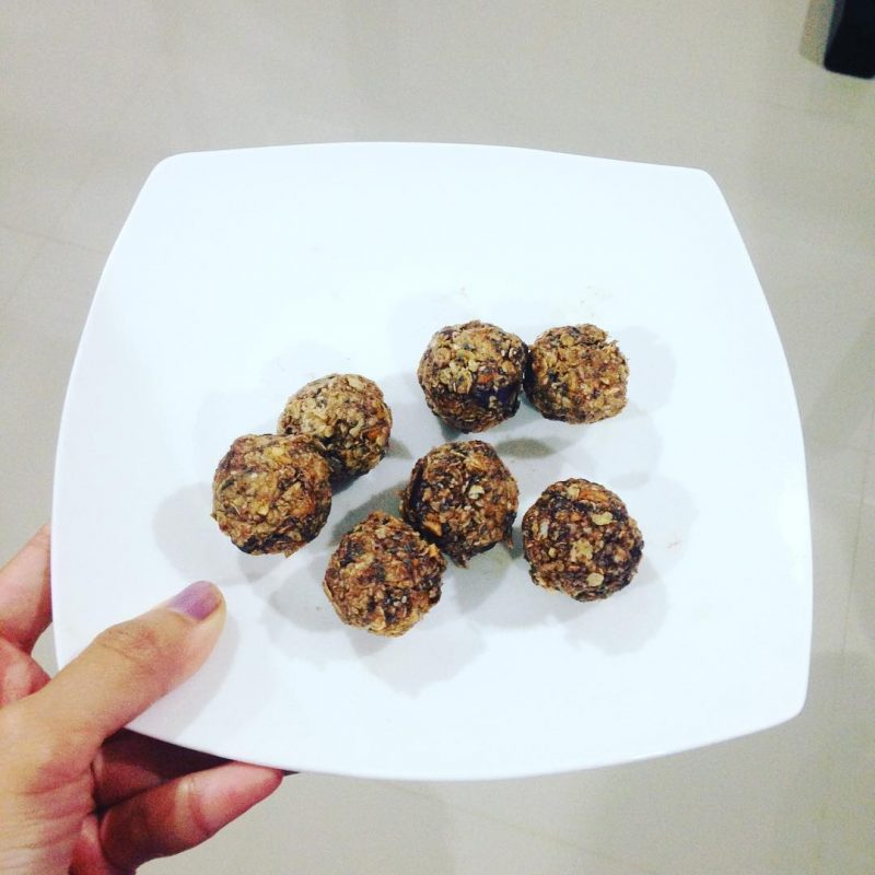 I just made energy balls as healthy midnight snacks for @armyxxl and @nope_404. Ok enough cooking tonight. Haha i posted too many food pics. Good night 😘 #serebiifoodjournal #islandlife 🌴#healthylifestyle
