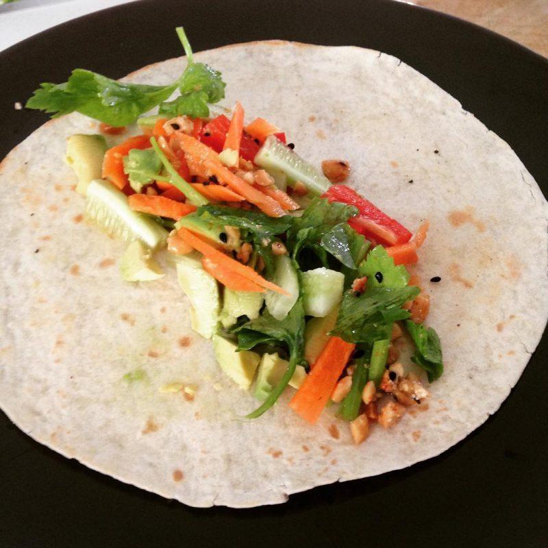 Yogis wrap: Avocado & veggie wrap , homemade peanut sauce #serebiifoodjournal #healthylifestyle #islandlife 🌴