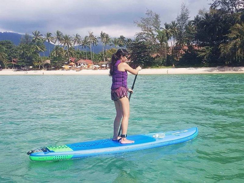As I like water sports, #standuppaddling has became one of my favorite water sports since 2016. It is relaxing, challenging and fun. At first i was a bit scared of being on the waves and in the ocean.  I got ride of my fear. I enjoy riding on the waves these days. Back home, I liked to go wakeboarding every weekend. Now I'm living on the island. I found wakeboarding here is different from what I did before. Here you do behind the boat, I prefer to go wakeboarding at a cable park. So i decided to pause wakeboarding for a bit. . 📷 by @isupsamui . . #samui