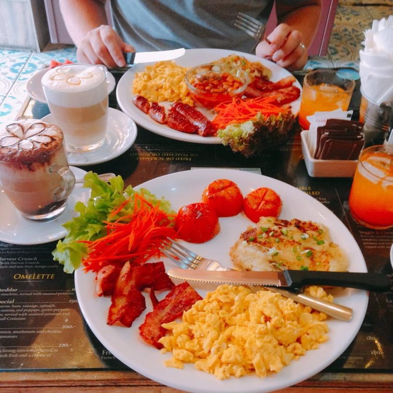 @armyxxl wants to have power food for breakfast. So we came 🍳 to the French bakery. I had scrambled eggs, hash brown and bacons and drank mocha. He had beans, Spanish sausages, bacon and scrambled eggs and drank latte. They gave us watermelon as our sweet. Yummy 😋 happy stomach!