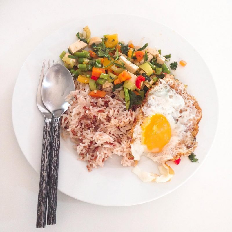 Stir-fried vegetables, Paprika, Thai sweet chili 🌶 and tofu , fried egg on top of brown rice 🍚 we try to eat multicolored veggies as much as possible so we eat enough natural vitamins(today colors are green, yellow, orange, red). #healthyfood #yummy #health #homecoooking #lovecooking #meatless 🌶🥕🍳🥚🌾🍚