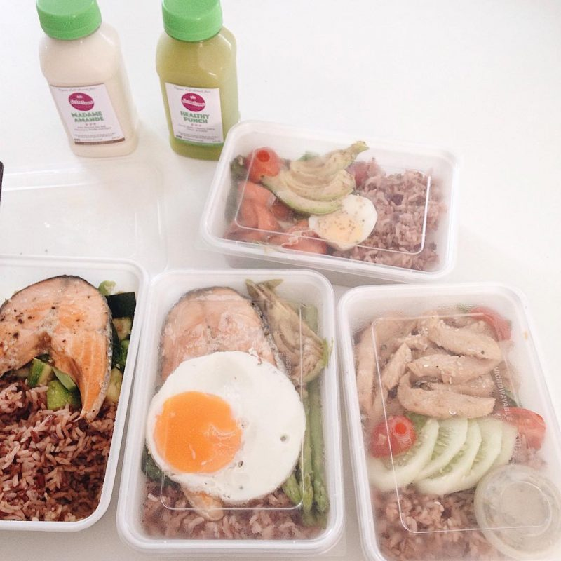 We received healthy meal boxes and juices this morning. Thank you to @juicequeenthailand 👸 for healthy & delicious food and juices. 💪💪👧🏻#goodmorning