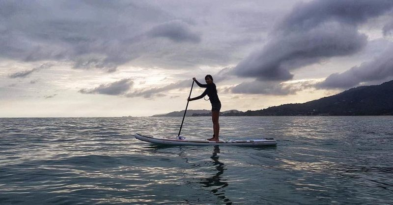 Evening SUP . .  #iloveSUP #keeppaddling #SUP #standuppaddle #standuppaddling #funevening #throwback #islandlife #happiness #girlonsamui #beachlife #islandgirl #simplelife