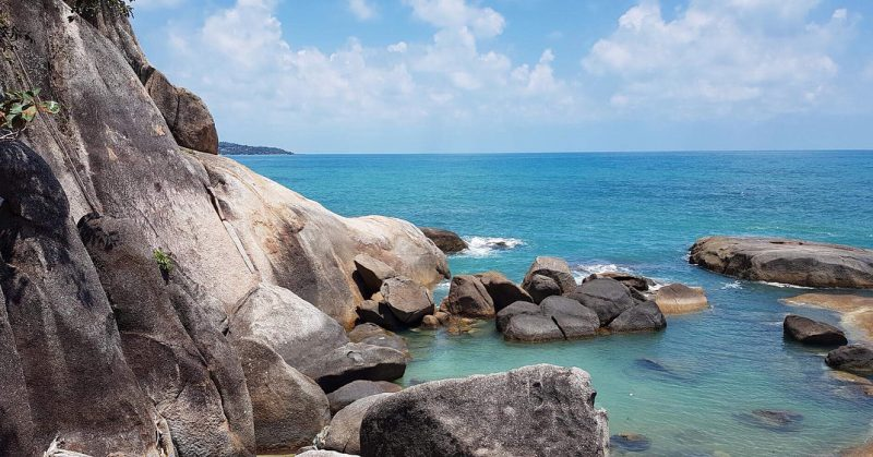 Morning walk around grandpa grandma rocks 📷 @armyxxl . . . . . . #thailand #beachlife #paradise #kohsamui #perfectday #kohsamui #bluesky #sea #sun #sunshine #hintahinyai #hintahinyairocks