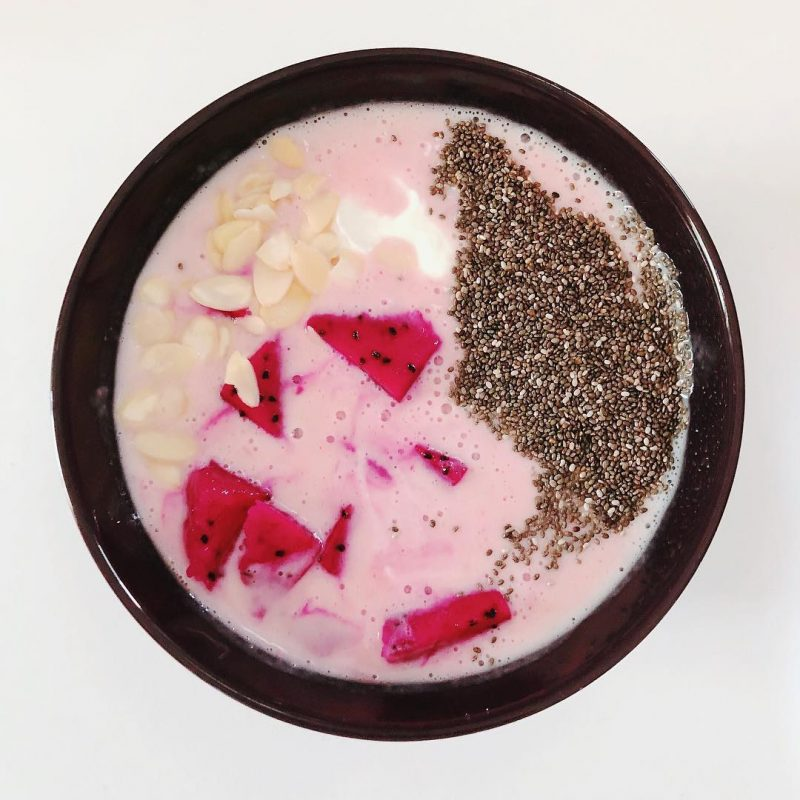 Good morning 🌞 here is my 5 min-breakfast 👍🏻 yummy smoothie bowl (strawberries & banana, yogurt, chia seeds, almond, pink dragon fruit) #breakfast1 #smoothiebowl #smoothiebreakfast #healthyfood #superfood #yummy #breakfastfirst 🙋🏻‍♀️🙋🏼‍♂️