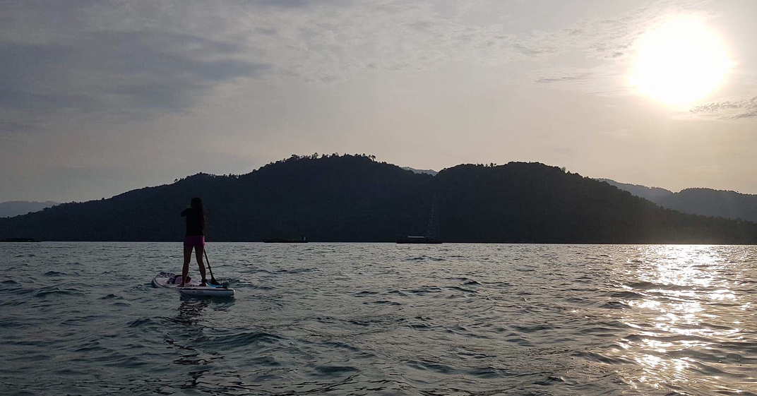 . . . . . #iloveSUP #keeppaddling #SUP #standuppaddle #standuppaddling #morningSUP #islandlife #happiness #girlonsamui #beachlife #islandgirl #simplelife