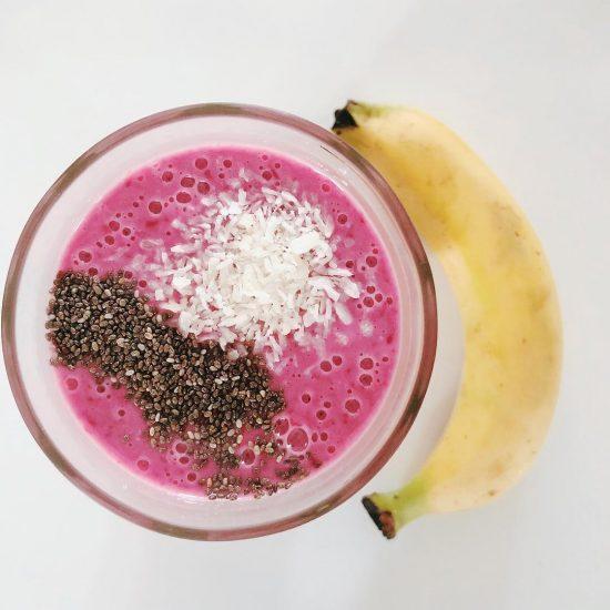 Yummy oatmeal, banana, cranberry, passion fruit, yogurt vanilla bean smoothie with maca powder 😍😜