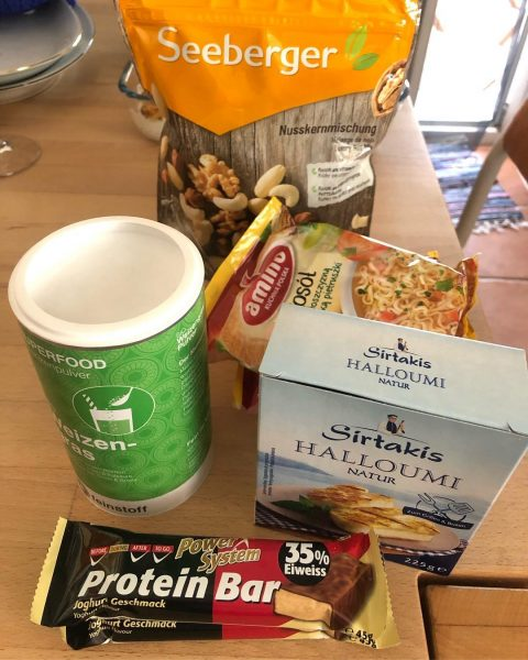 Guten Morgen 🌞 We woke up at 6.30 AM, ate our smoothie bowl and then walked to the supermarket (with Suzy linen bag @officialtaiwaree). Guess what? We bought Halloumi! Lol( our Samui SUP friends knew this.) Now we are ready for the day! 💻 💻  Excited about going to CrossFit this evening! 🚲💪🏻🏋🏻♀️🤸🏻♂️ PS my purple linen shirt is from @stickto.
